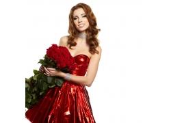 抱着玫瑰花的美女