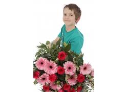 捧着鲜花的男孩