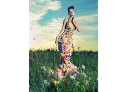 草地上的鲜花女人