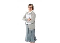 抱着文件夹的商务女人