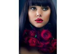 红色的玫瑰花和性感的美女