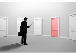 选择门的商务男士