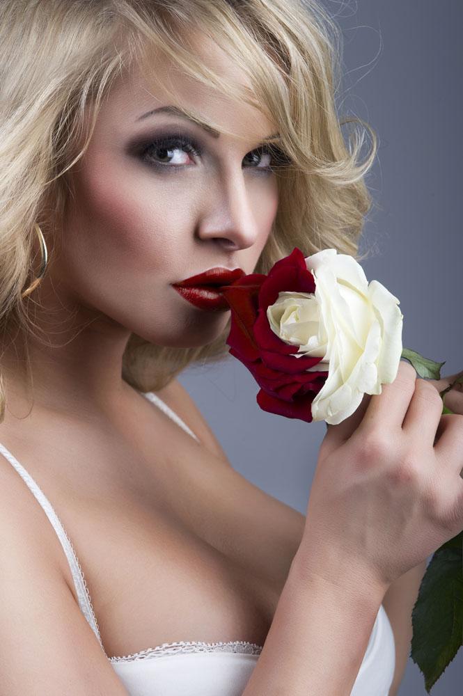 拿着玫瑰花朵的美女