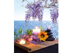 竹帘上的蜡烛和鲜花