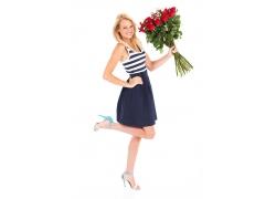 手拿玫瑰的美女