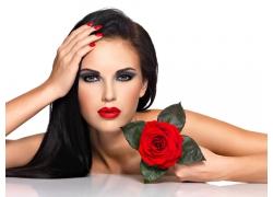 拿着玫瑰花的美女