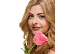 拿着玫瑰花的性感美女