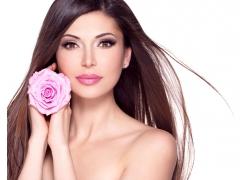拿着粉色玫瑰花的美女