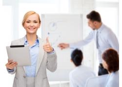 手拿平板电脑竖大拇指的商务女士