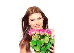 抱着一束玫瑰花的美女