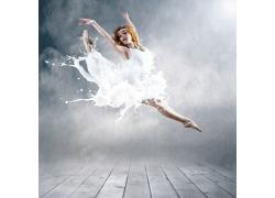 跳跃的牛奶美女