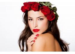 头戴玫瑰花环的性感女人