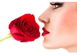 拿玫瑰花的美女