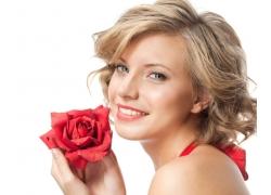 拿玫瑰花朵的女人